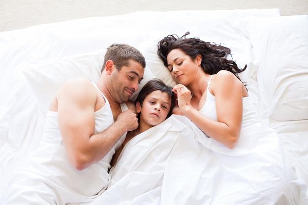 一緒に寝る素敵な家族