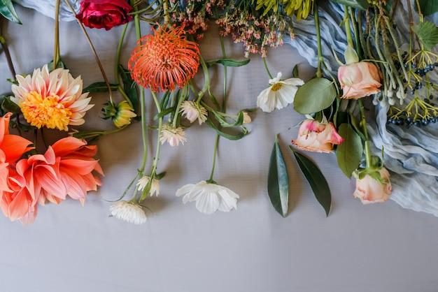 淡いピンクの甘いエンドウ豆の花とチューリップの素敵な花の背景。ブーケの準備。