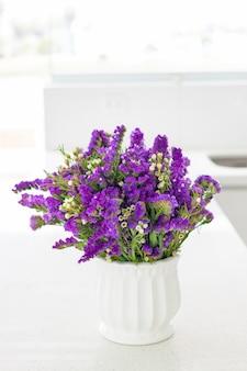 美しいキッチンのスペースを飾る、紫色のスターチスの素敵なフラワーアレンジメント
