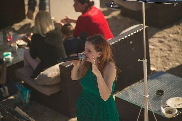 니스, 프랑스 2020년 2월 26일: 스트리트 아티스트 가수