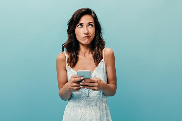 素敵な女の子は電話のメッセージに何に答えるべきかわからない