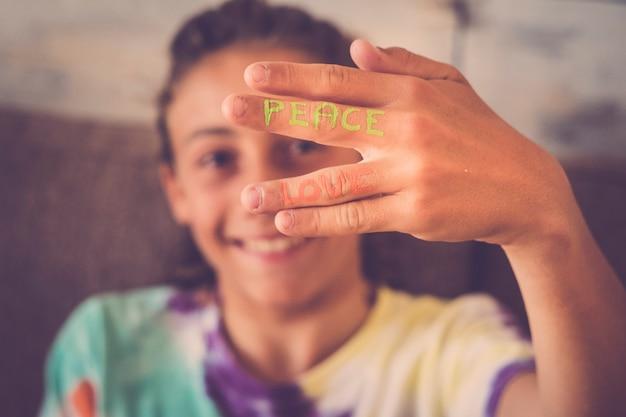 Хорошее сообщение счастья и надежды на руке молодого мальчика кавказской