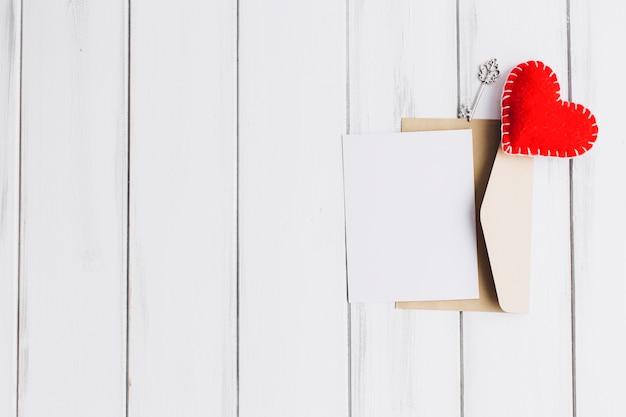 Хорошее сердце на конверте с пустой бумагой