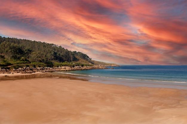 Красивый пейзаж уединенного пляжа с потрясающим небом на заднем плане