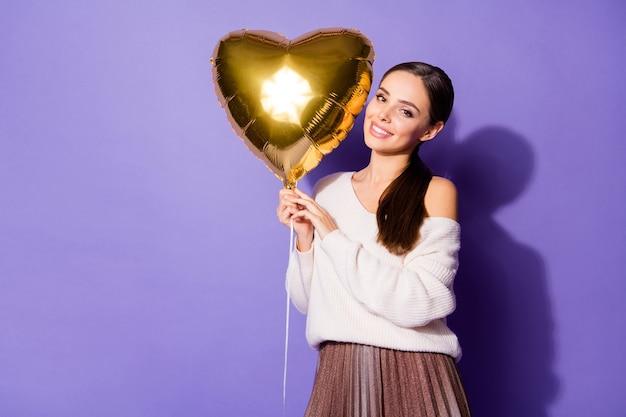 Милая очаровательная жизнерадостная брюнетка девушка держит в руке гелиевый шар