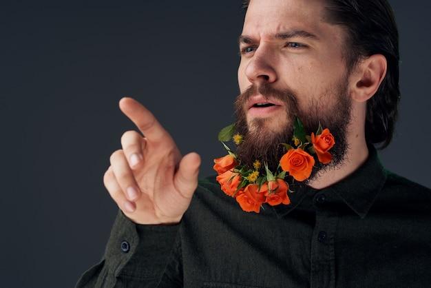 멋진 남자와 도시 장식의 꽃 매력 클로즈업 스튜디오