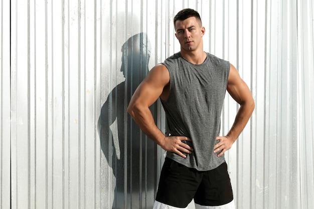 좋은 근육계 남자. 야외 포즈 피트니스 선수 잘 생긴 남자의 초상화
