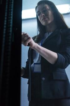 보안 시스템을 확인하고 싶을 때 문을보고 여는 기분 좋은 유쾌한 여자