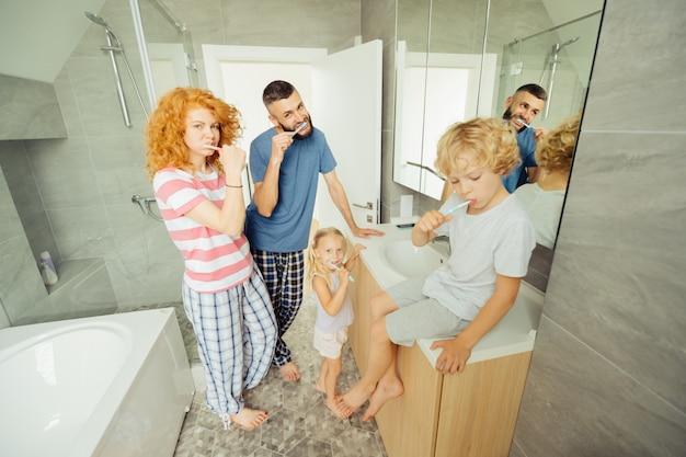 一緒に歯を磨く素敵な楽しい家族
