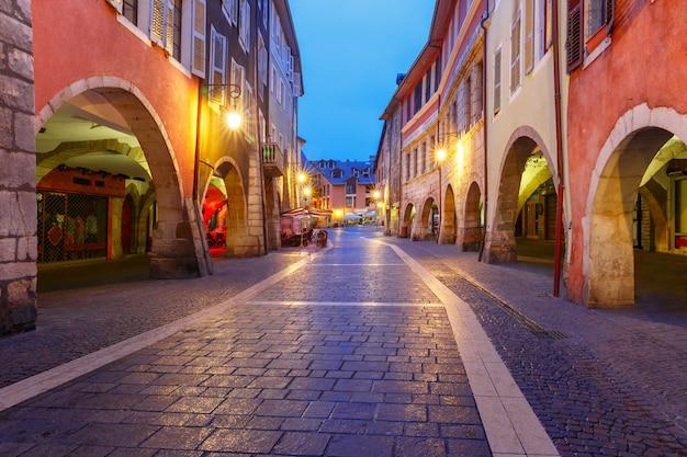 비오는 밤, 프랑스 안시의 구시가에 있는 멋진 거리 rue sainte-claire