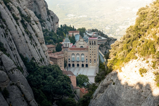 Красивый вид на закат над монастырем монсеррат, барселона, испания