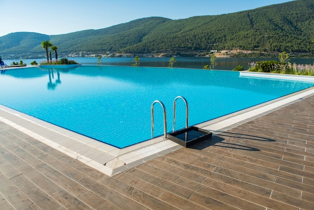 밝은 여름날 야외에서 멋진 수영장