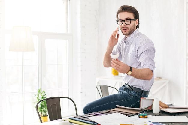 いい話。テーブルに座っている間電話で話しているひげを生やした男に警告
