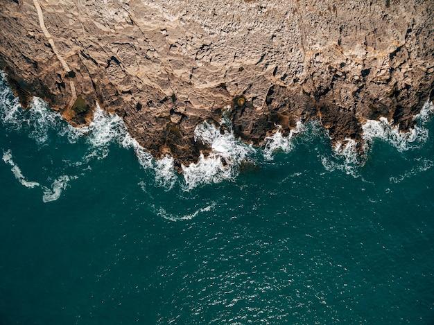海と岩の自然の風景の素晴らしい上面図