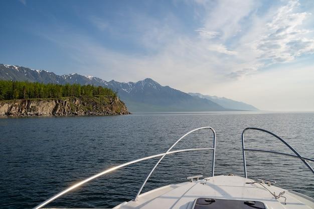 ヨットから湖や山脈までの素晴らしい景色は、レジャーや旅行をクルーズします