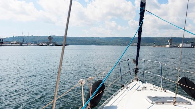 Bella vista sull'oceano da una barca