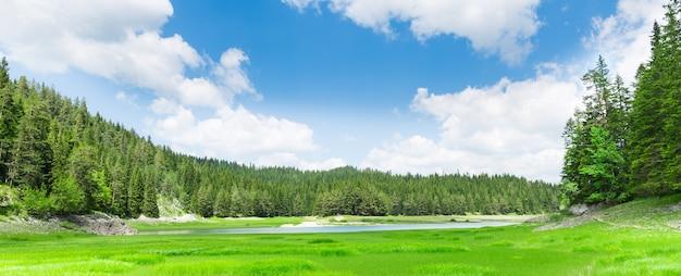 青い湖と山々の素晴らしい景色