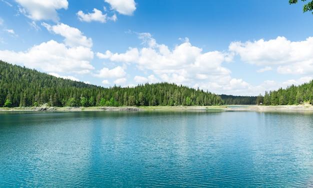 Красивый вид на голубое озеро и горы
