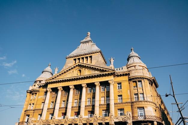太陽の光の中でブダペストの建物の素晴らしい景色