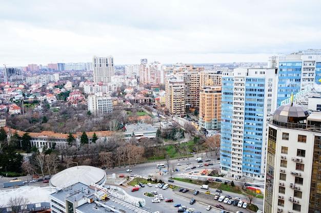 Красивый вид на город с высотными домами города одессы.