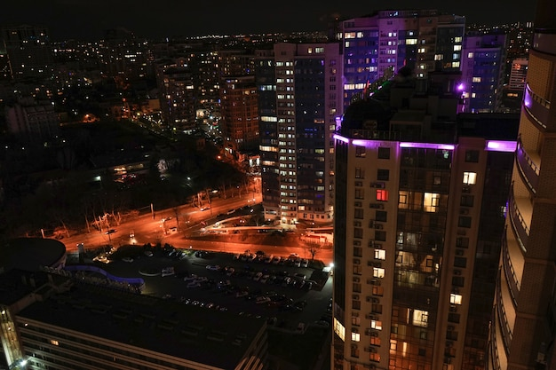 Красивый вид на ночной город с многоэтажными домами одессы.