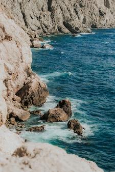 Красивый вид на море и скалы. вид на море. пейзажи греции. крым севастополь балаклава.