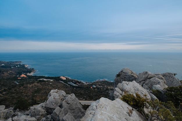 山からの海の素晴らしい眺め。クリミア、春。魅惑的な風景