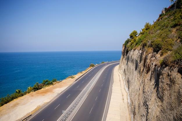 지중해를 따라 펼쳐진 나무와 도로의 멋진 전망. 바다 경치