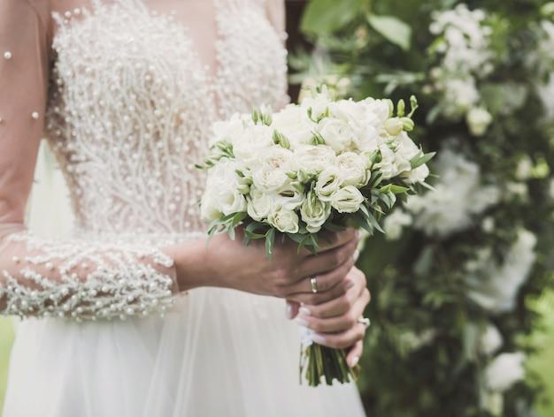 Красивый свадебный букет в руке невесты. свадебный букет красивых свадебных цветов