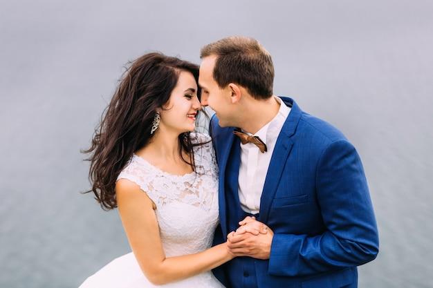 좋은 결혼식 몇 그들의 손을 잡고 서로 웃 고