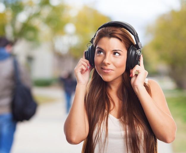 Donna ascolto musica bella in cuffie