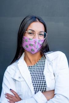 素敵なマスクでポーズをとる素敵な女性。
