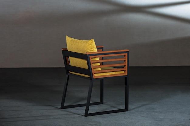 편안한 쿠션이있는 멋진 나무 의자