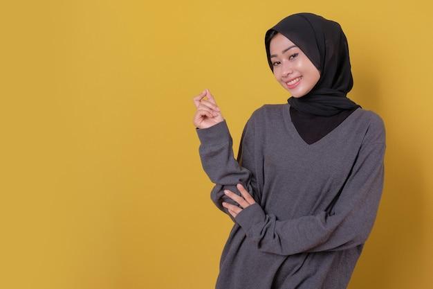 カジュアルな服を着て素敵な美しい若い女性の笑顔