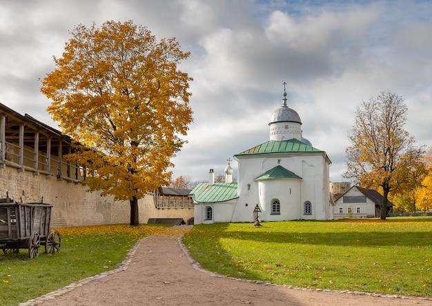 니콜라스 대성당과 이즈 보르 스크의 중세 요새. 러시아 프 스코프 지역