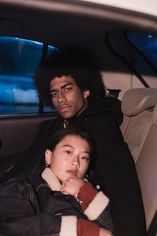 Молодая пара в машине на nicht