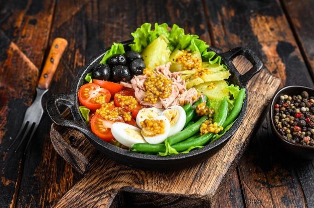 マグロ、チェリートマト、オリーブ、インゲン、きゅうり、半熟卵、ジャガイモのニコイズサラダ