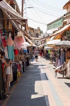 ニコシア、キプロス、2018年9月3日:服の列が並ぶストリートマーケット。垂直。