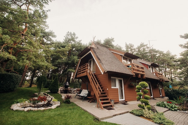 Нида литва 3 сентября 2019 г. красивый старый традиционный литовский деревянный дом в ниде, литва, европа