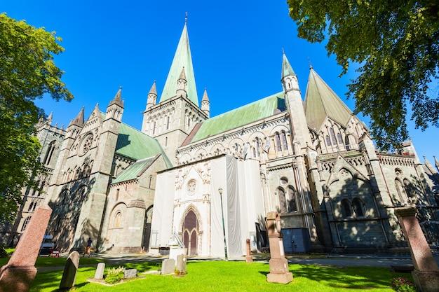 ニーダロス大聖堂またはニーダロスドメンまたはニーダロスドムキルケは、ノルウェーのトロンハイム市にあるノルウェー国教会の大聖堂です。