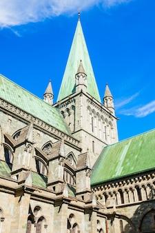 Nidaros Cathedral 또는 Nidarosdomen 또는 Nidaros Domkirke는 노르웨이 트론헤임시에 위치한 노르웨이 성당입니다. 프리미엄 사진