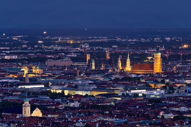 Ночной вид с воздуха на мюнхен, германия