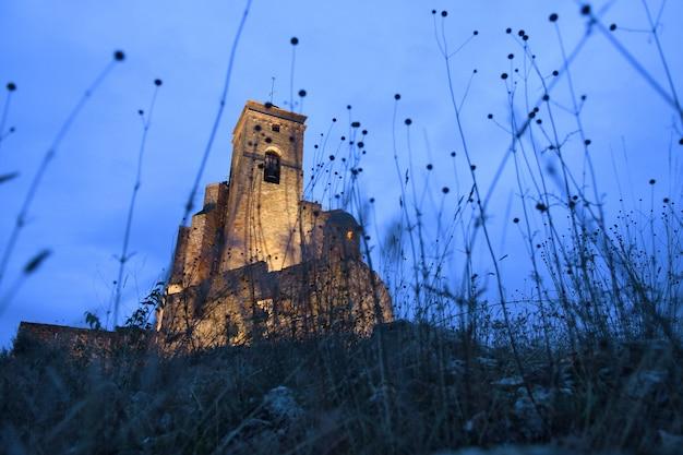 Ночь в замке бенабарре, провинция уэска, арагон, испания