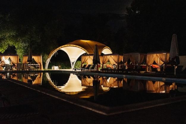 結婚式のための夜の宴会場、宴会場の装飾