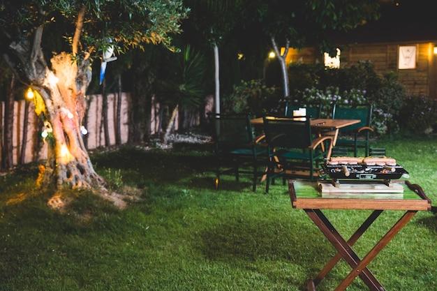 Ночной барбекю в саду