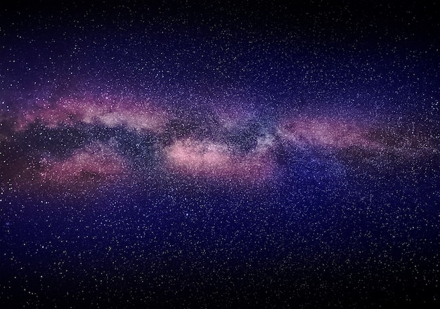 은하수 은하의 일부와 함께 밤 밝은 별이 빛나는 하늘. 멋진 여름 밤 풍경입니다.