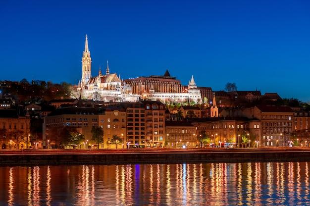 Ночной будапешт, рыбацкий бастион, отражение ночных огней на воде, городской пейзаж