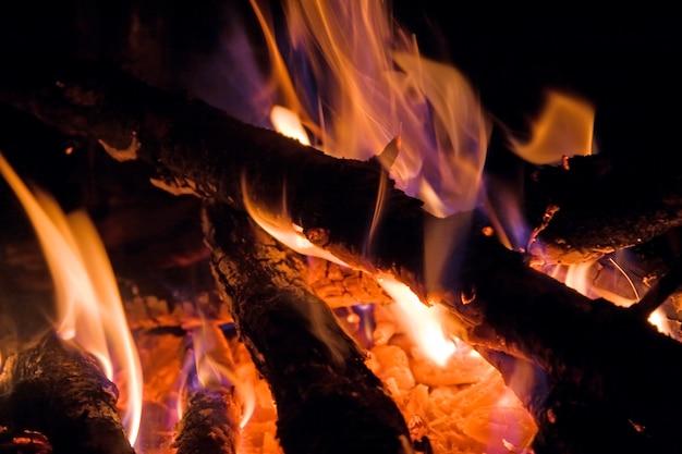 夜は観光キャンプを燃やす
