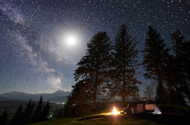 星空と天の川の下の山での夜のキャンプ