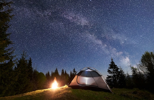 Ночной кемпинг в горах под звездным небом и млечным путем